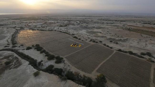Pemandangan kawasan Laut Mati, Yordania, dari atas ketinggiangyrocopter.