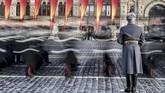 Kadet Rusia berjalan saat parade militer di Lapangan Merah, Moskow, dalam rangka peringatan 77 tahun ketika Pasukan Merah melewati Kremlin menuju garis depan melawan pasukan Nazi Jerman pada 1941. (AFP/Mladen Antonov)