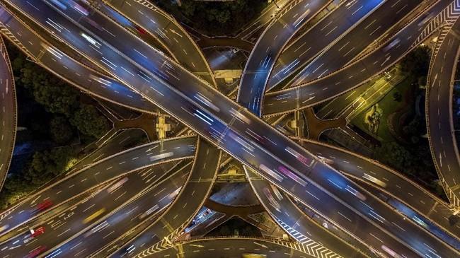 Foto aerial yang menunjukkan lalu lintas di persimpangan pusat kota Shanghai, China. (AFP/Johannes Eisele)