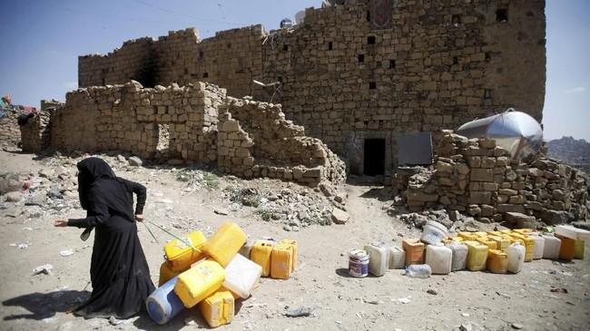 Bombardir koalisi pimpinan Arab Saudi yang menggempur kelompok pemberontak Houthi juga memegang andil besar dalam pengurangan jumlah warga sipil di Hudaidah. (Reuters/Mohamed al-Sayaghi)