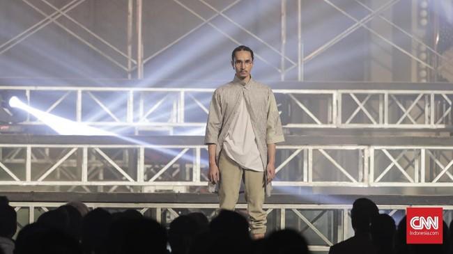 Di rangkaian berikutnya, Igun memperlihatkan pakaian untuk berolahraga. Kombinasi kaus, jaket, dan celana jogging mengisi koleksi ini. (CNNIndonesia/Adhi Wicaksono)