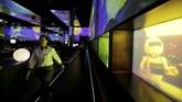 Sebuah layar menampilkan bagaimana para robot dan kecerdasan buatan menyiapkan makanan dibalik dapurdapur restoran Haidilao.