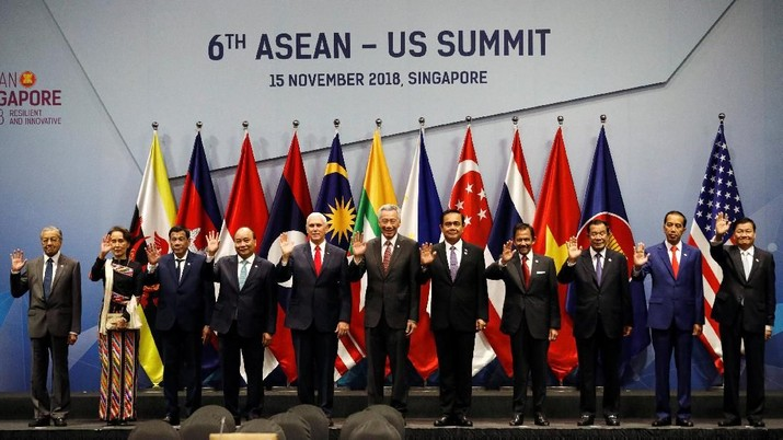 U.S. Vice President Mike Pence poses for a group photo with ASEAN leaders at the ASEAN-US Summit in Singapore November 15, 2018. REUTERS/Edgar Su