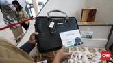 Beberapa barang yang dilelang, antara lain logam mulia, tas, kain batik, jam tangan, vas, keris, perangkat penyaji makanan, voucher belanja, hingga uang elektronik. (CNNIndonesia/Safir Makki).