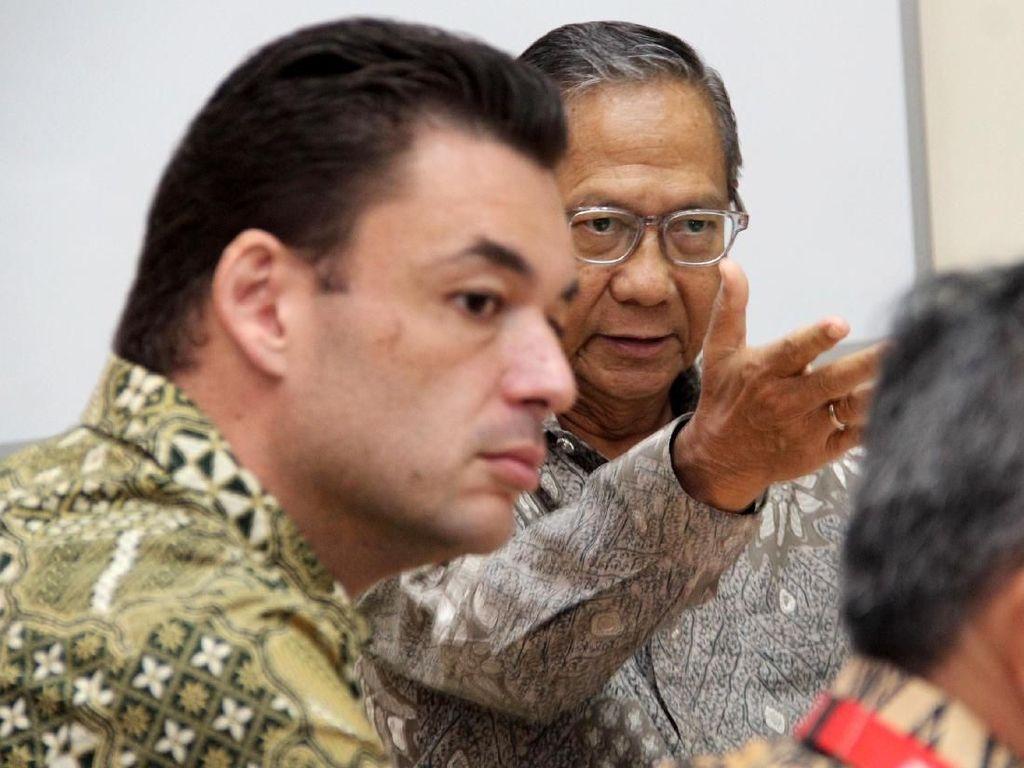 Pelaksana Harian Ketua Umum Palang Merah Indonesia (PMI) Ginandjar Kartasasmita menerima dan mendengarkan paparan dari pihak Coca Cola yang turut serta membantu meringankan para korban bencana alam di Indonesia, Kamis (15/11). Foto: dok. PMI