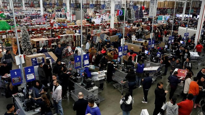 Shoppers push a cart with television screens during the shopping season, 'El Buen Fin' (The Good Weekend), at a Sam's Club store, in the early hours of Friday, in Mexico City, Mexico, November 16, 2018. REUTERS/Henry Romero