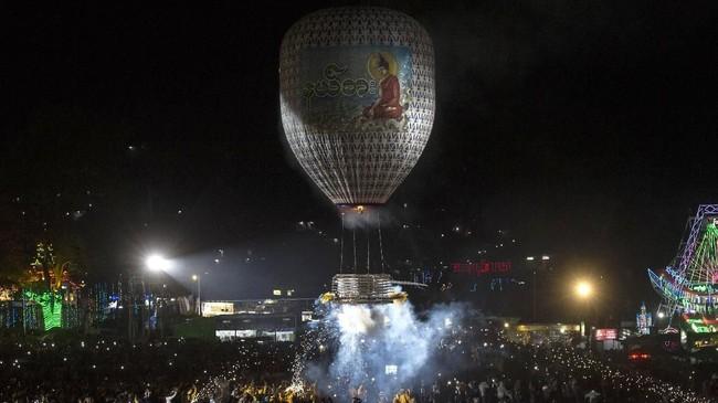 Acara ini menggunakan banyak balon atau lampion cahaya. Banyak tempat di Myanmar menggunakan balon berudara panas yang membawa lilin lambang malam purnama. (AFP/Ye Aung THU)
