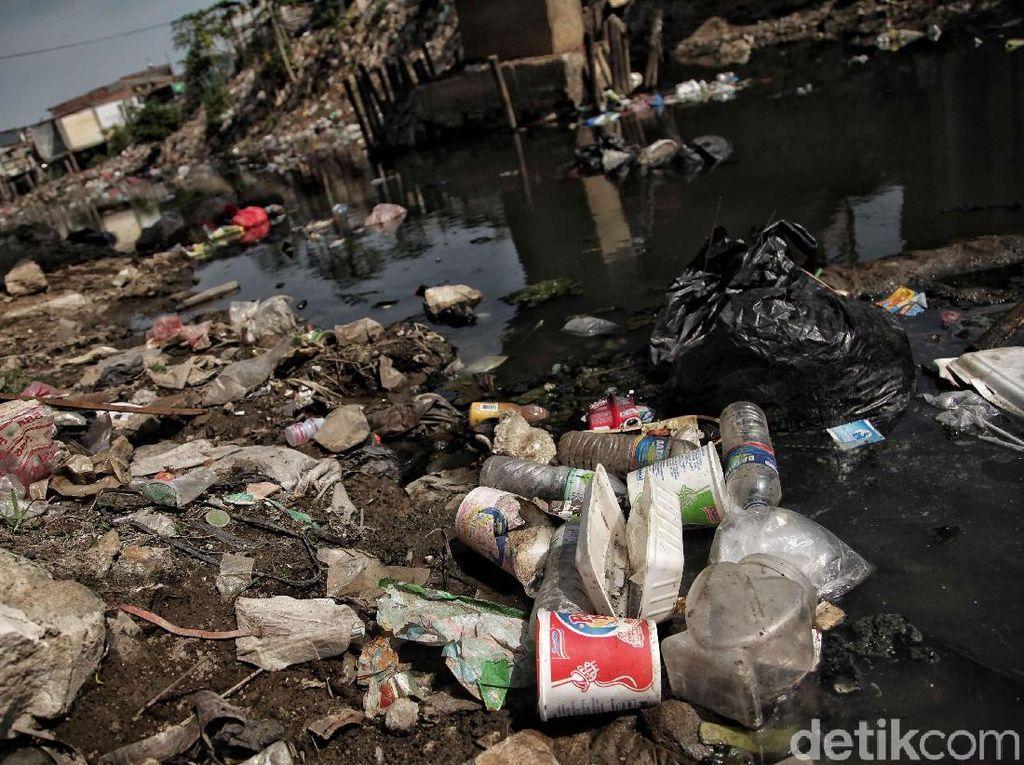 Sampah-sampah rumah tangga memenuhi kali.