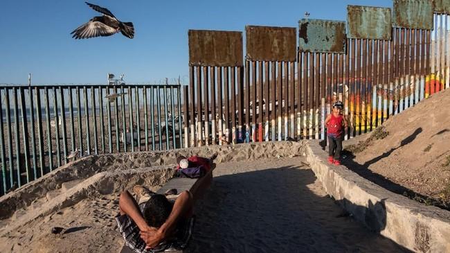 Para imigran itu harus menunggu di tenda-tenda perbatasan sampai permintaan suaka atau izin masuk mereka diterima otoritas. (AFP Photo/Guillermo Arias)