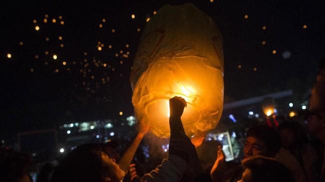 Acara lomba membuat balon udara ini sendiri diyakini dimulai pada 1894, ketika pasukan koloni Inggris mengadakannya usai menduduki Burma Utara. (AFP/Ye Aung THU)