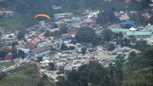 Suasana permukiman penduduk di wilayah Puncak, Bogor, Jawa Barat, Kamis (4/10). Data Forest Watch Indonesia (FWI) menyebutkan 5.700 hektare (Ha) hutan di Puncak beralih fungsi dalam kurun waktu 16 tahun terhitung sejak tahun 2000-2016 menjadi area terbangun. (ANTARA FOTO/Yulius Satria Wijaya)
