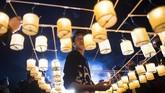 Sekaligus pula, acara membuat lampion dan cahaya yang dilombakan ini menjadi bagian paling ditunggu oleh masyarakat lokal. (AFP/Ye Aung THU)