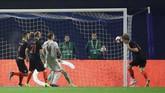 Kroasia dua kali unggul lebih dulu lewat Andrej Kramaric dan Tin Jedvaj namun selalu berhasil disamakan oleh Spanyol. (REUTERS/Marko Djurica)