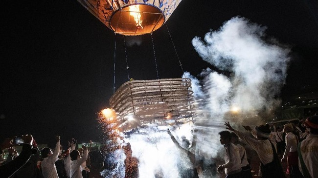 Acara ini pada mulanya dibuat sebagai perkenalan agama Budha di Myanmar, yang juga diyakini berasal dari Festival Kattika yang dibuat sebagai persembahan planet penjaga Bumi dalam astrologi Hindu. (AFP/Ye Aung THU)
