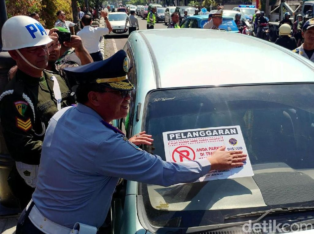 Sanksi yang diberikan dalam operasi ini pun masih berupa teguran dan pencabutan pentil. Khusus sanksi tilang, Kasatlantas Polrestabes Bandung AKBP Agung Reza Pratidina mengatakan hal itu saat ini sedang dalam tahap perencanaan.