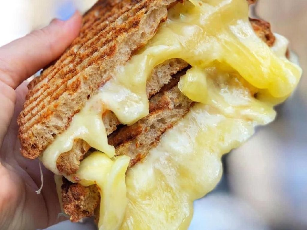 Siapa Mau Sarapan Sandwich Isi Keju Leleh Creamy Ini?