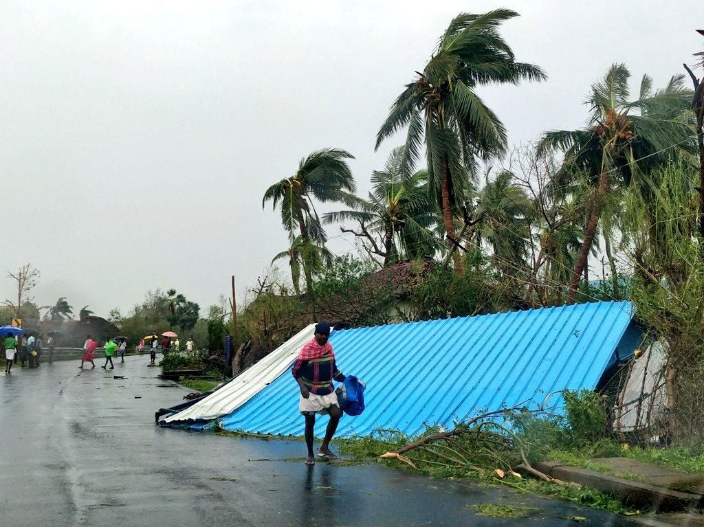 Menurut pihak yang berwenang, diketahui 11 orang tewas akibat topan yang menghantam wilayah pantai timur India itu.