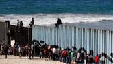 Kabur dari kemiskinan dan kekerasan di Honduras, ribuan pengungsi masih harus menghadapi kesengsaraan ketika mereka tak dapat memasuki tanah impian mereka di Amerika Serikat karena tertahan di perbatasan Meksiko. (Reuters/Jorge Duenes)