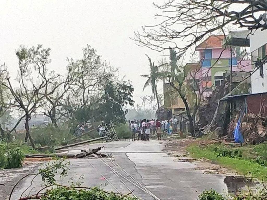 Sejumlah pohon tampak tumbang dihantam Topan Gaja. Proses evakuasi pun masih terus dilakukan.