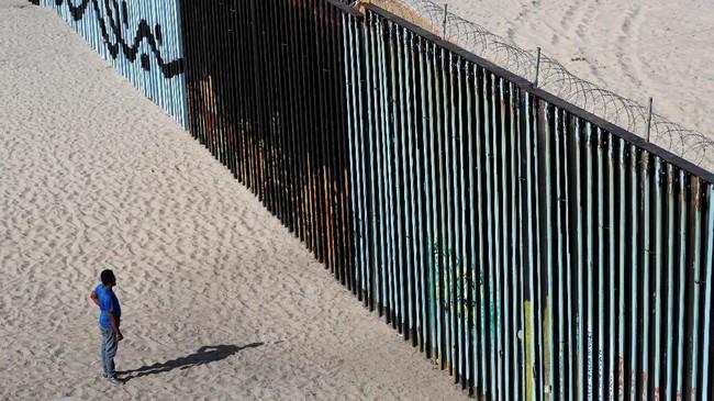 Trump bahkan mengancam akan menembak setiap imigran yang melempar batu ke tentara di perbatasan AS dengan Meksiko. (Reuters/Carlos Garcia Rawlins)