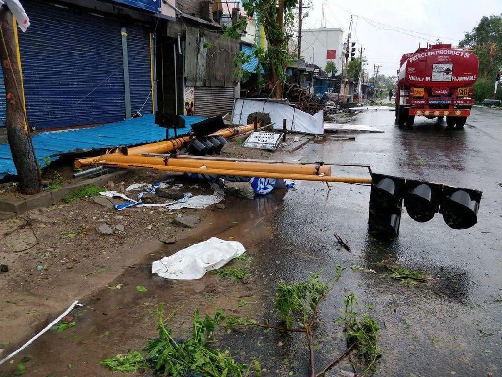 Sebuah lampu lalu lintas tumbang akibat diterjang Topan Gaja. Warga pun telah dievakuasi ke tempat yang lebih aman untuk meminimalisir jatuhnya korban akibat topa mematikan itu.