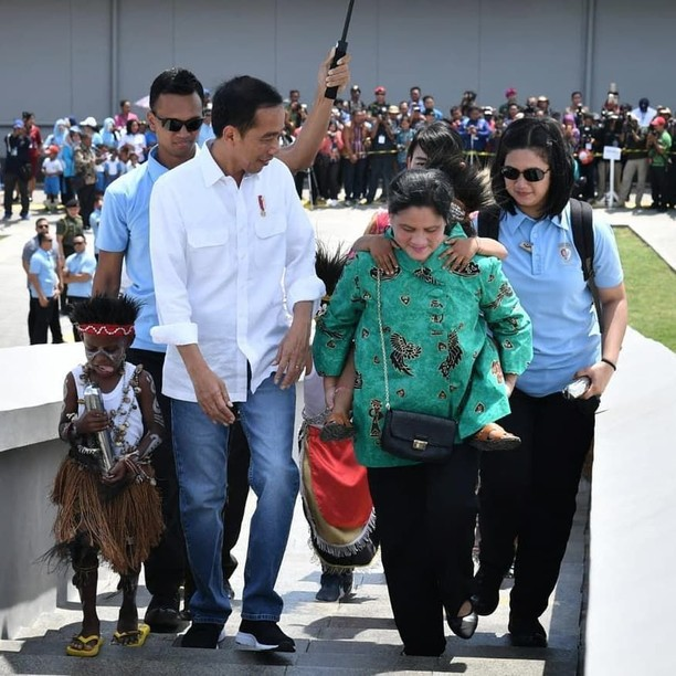 Senyum Jokowi saat Resmikan Markas Avengers