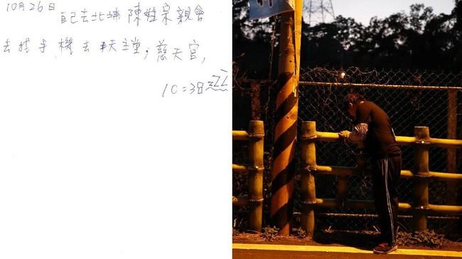 Chen yang gemar mencatat semua kegiatan hariannya ini pun sering dijuluki sebagai notebook boy. (REUTERS/Tyrone Siu)