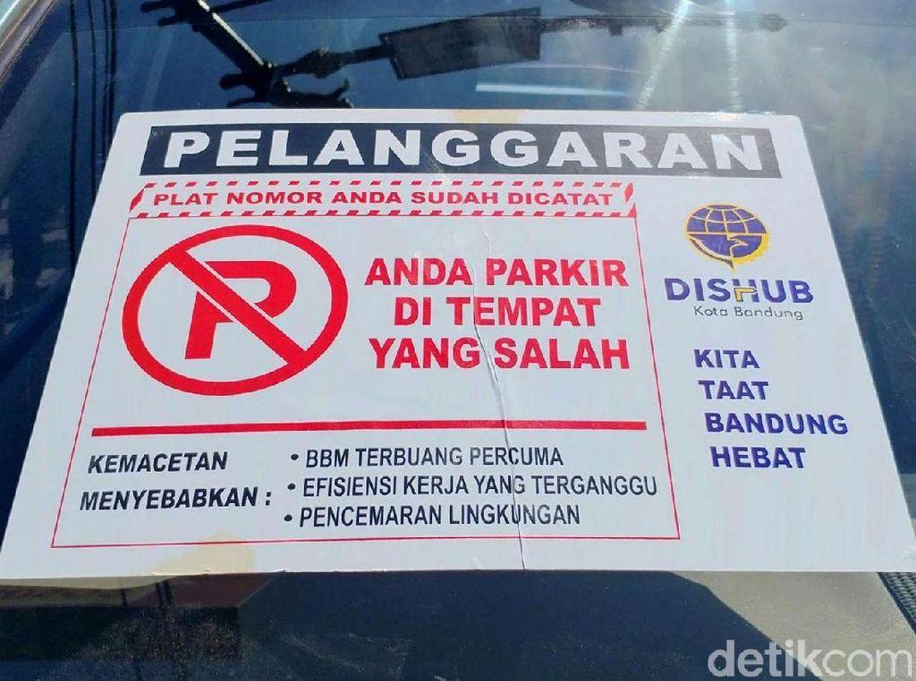 Salah satu mobil yang terjaring OCP ditempelkan stiker karena memarkir kendaraan di sembarang tempat.