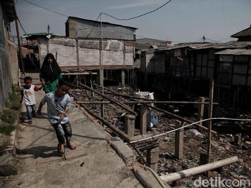 Menurut keterangan warga Kali Gendong tersebut sudah kotor dan kumuh sejak dahulu dikarenakan dulunya banyak pemukiman warga yang tinggal diatas sungai.