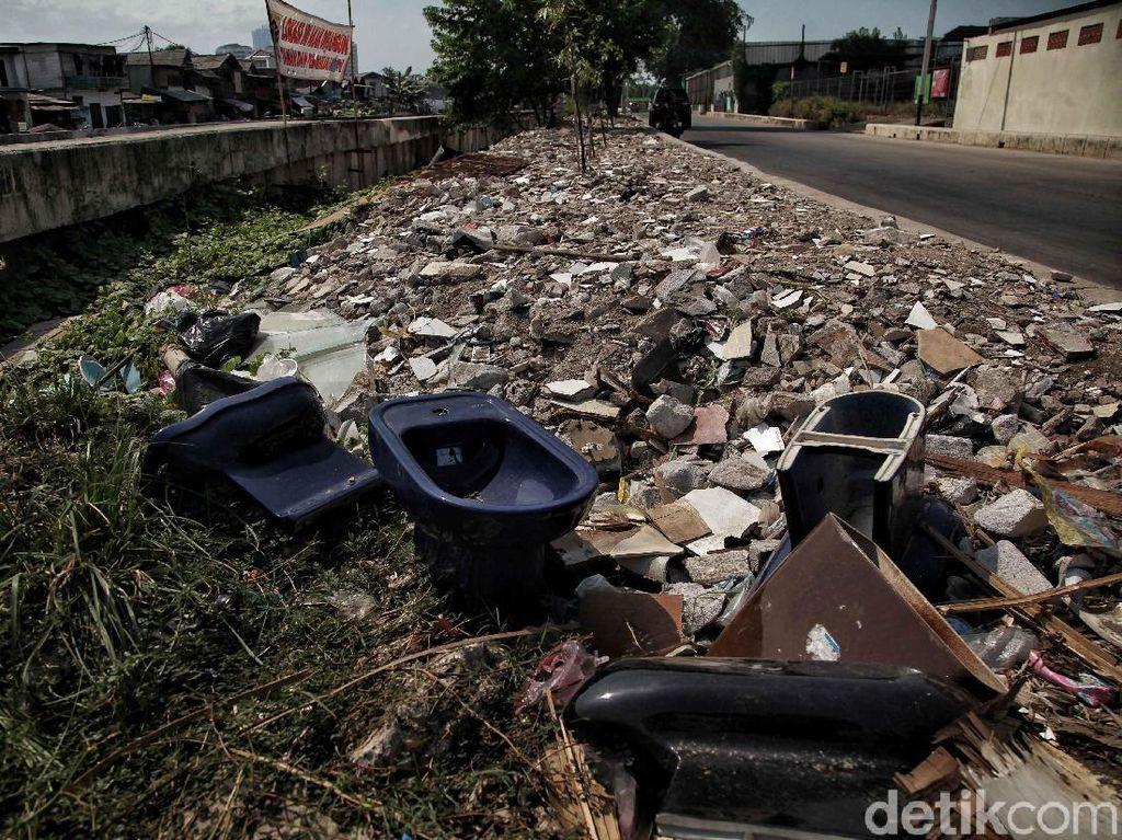 Kurangnya kesadaran warga untuk tidak membuang sampah di kali menyebabkan menumpuknya sampah.