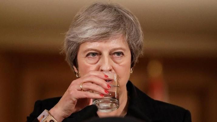 Posisi PM Inggris Theresa May sementara aman.