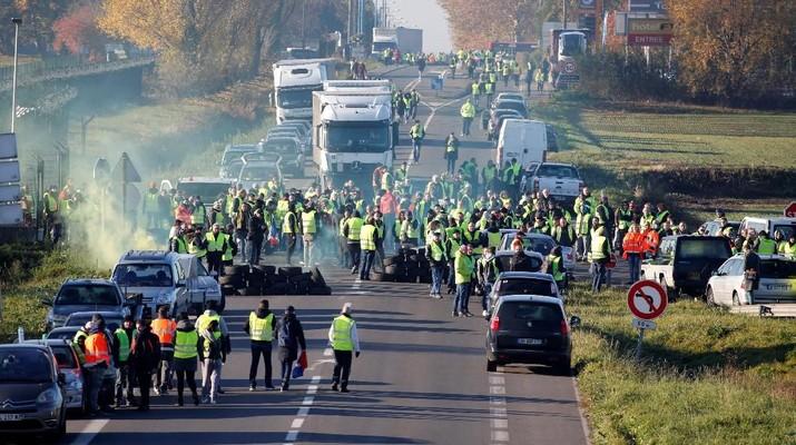 Pajak Bahan Bakar Naik, Warga Prancis Blokir Jalan