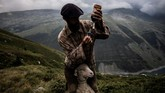 Meme mempersiapkan suntikan untuk seekor domba yang sedang dalam proses penyembuhan setelah patah kaki. (Photo by JEFF PACHOUD / AFP)