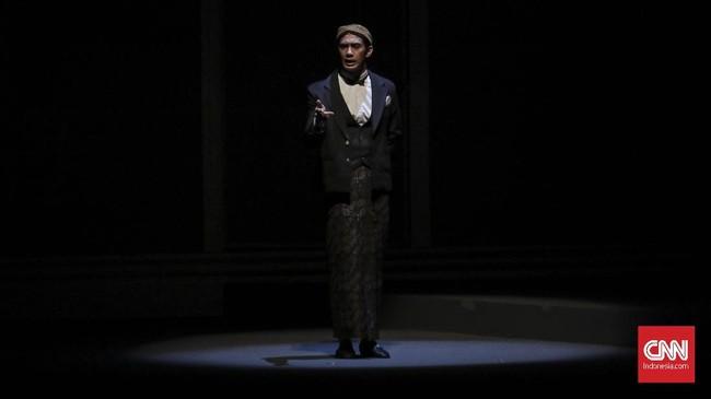 Reza Rahadian saat pementasan teater Bunga Penutup Abadi Gedung Teater Jakarta (16/11). Teater Bunga Penutup Abad yang diadaptasi dari novel Pramoedya Ananta Toer kembali dipentaskan pada 17-18 November. (CNN Indonesia/ Hesti Rika)