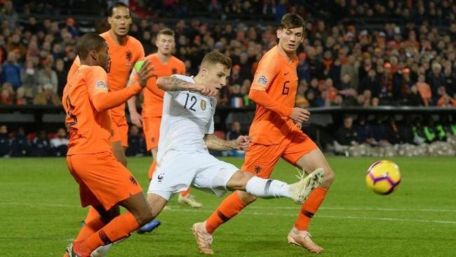 Bek timnas PrancisLucas Digne (tengah) mendapat kawalan ketat daripemain Belanda Georginio Wijnaldum and Marten de Roon. Dalam laga tersebut Digne tampil selama 90 menit. (REUTERS/Toussaint Kluiters)