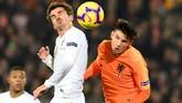 Penyerang timnas PrancisAntoine Griezmannberduel dengan gelandang Belanda,Marten de Roon. Dalam laga tersebut Griezmann gagal mencetak gol untuk Les Bleus. (REUTERS/Toussaint Kluiters)