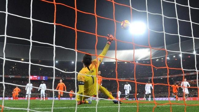 Memphis Depay menggandakan keunggulan timnas Belanda menjadi 2-0 lewat tendangan penalti pada menit ke-90+6. Eksekusi penalti ala 'Panenka' Depay sukses mengecoh kiper Lloris. (REUTERS/Toussaint Kluiters)