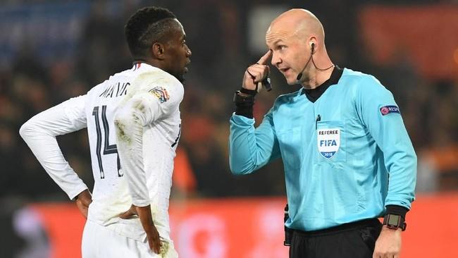 Gelandang Prancis Blaise Matuidiberbicara dengan wasit Anthony Taylor. Dalam laga tersebut Matuidi hanya tampil selama 65 menit sebelum digantikan Moussa Sissoko.(REUTERS/Toussaint Kluiters)