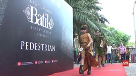 VIDEO: Fashion Show di Atas Trotoar Banyuwangi