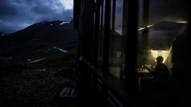 Penggembala domba asal Prancis, Gaetan Meme, merawat seekor dombanya pada Agustus 2018 dengan Pegunungan Alpen sebagai latar belakang.(Photo by JEFF PACHOUD / AFP)