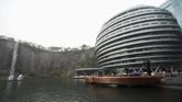 Hotel Intercontinental berjarak sekitar satu jam perjalanan dari pusat kota Shanghai. Untuk bisa bermalam di sana, tamu harus merogoh kocek mulai dari 3.394 yuan per malam.(REUTERS/Aly Song)