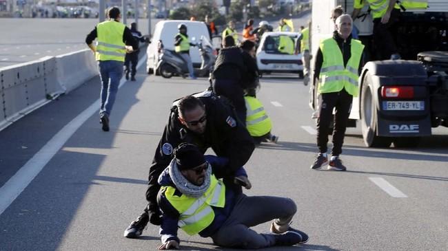 Beberapa demonstran mengumumkan bahwa mereka bermaksud untuk berkemah semalam dan mungkin melanjutkan protes pada Minggu (18/11). (REUTERS/Eric Gaillard)