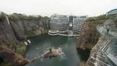 China meresmikan hotel mewah yang sengaja dibangun di dalam 'perut bumi' berupa bekas lokasi galian tambang. (REUTERS/Aly Song)