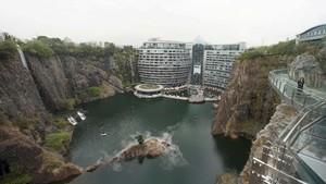 FOTO: China Resmikan Hotel Mewah di 'Perut Bumi'