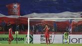 Di sisa waktu yang ada, Timnas Indonesia hanya mampu mencetak satu gol balasan lewat Fachrudin Aryanto. Skor 4-2 untuk Thailand ada di pengujung laga. (ANTARA FOTO/Akbar Nugroho Gumay)