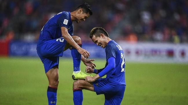Setelah gol itu, Thailand tampil lebih percaya diri dan berhasil mengakhiri babak pertama dengan skor 2-1 lewat gol tambahan dari Pansa Hemvibon. (Chalinee THIRASUPA / AFP)