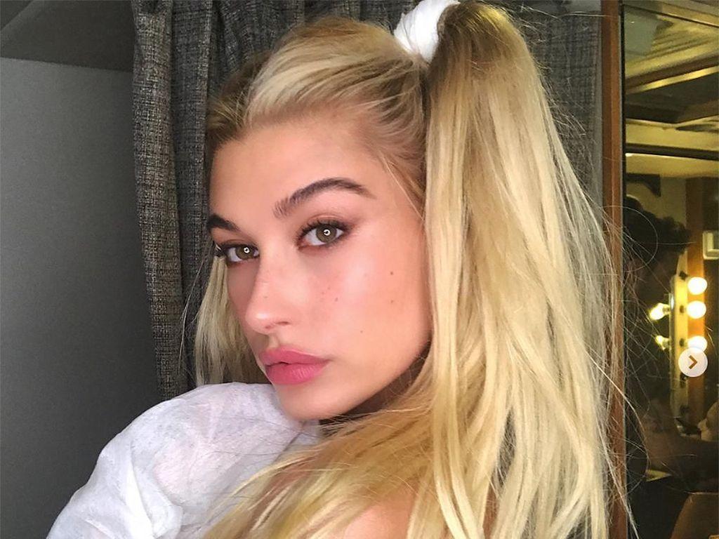 Deretan Gaya Selfie Terseksi Hailey Baldwin, Istri Justin Bieber
