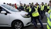 Meskipun sebagian besar pemblokiran jalanan dilakukan tanpa insiden, emosi massa diberitakan meletus ketika beberapa pengendara memaksa untuk menembus blokade para pengunjuk rasa. (REUTERS/Stephane Mahe)