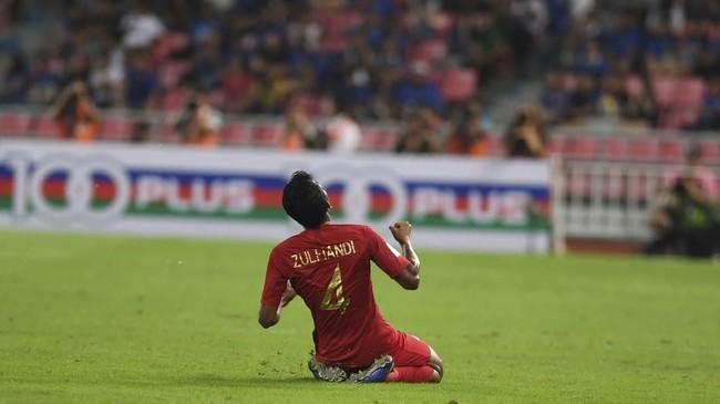 Zulfiandi melepaskan tendangan jarak jauh yang membuat bola melesat cepat ke dalam gawang Thailand. (ANTARA FOTO/Akbar Nugroho Gumay)