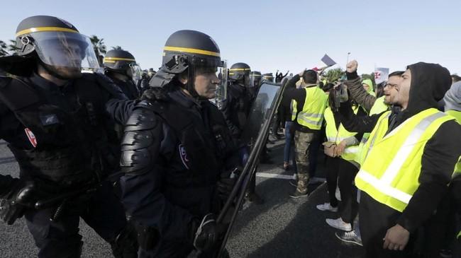 Sekitar 227 orang dikabarkan terluka, dengan tujuh orang di antaranya mengalami luka serius, termasuk seorang perwira polisi. Sementara, 117 orang ditangkap, dengan 73 orang di antaranya dijebloskan ke tahanan kepolisian. (REUTERS/Eric Gaillard)